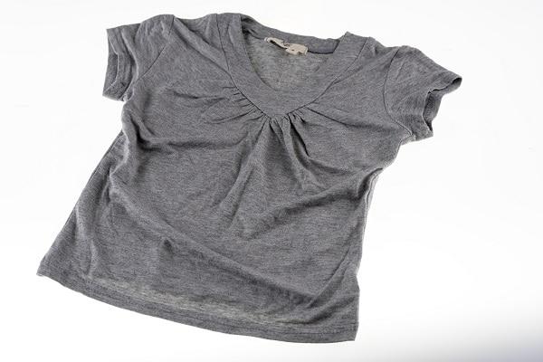 Grå t-shirt pige