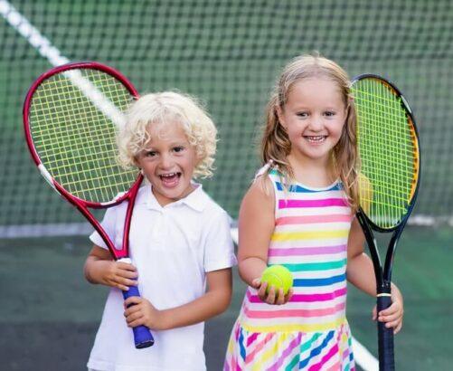 Børn spiller tennis